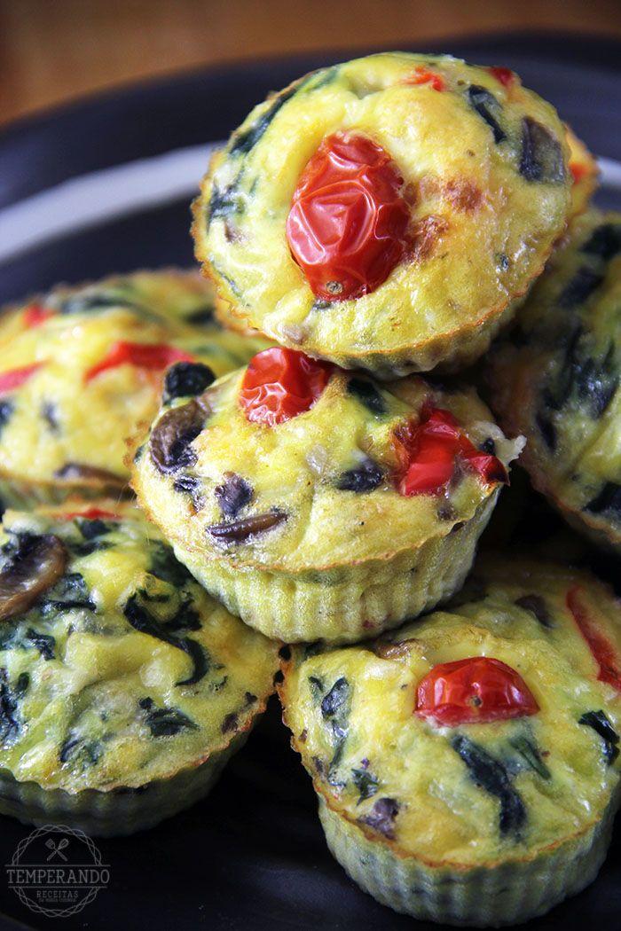MUFFINS DE OVOS COM ESPINAFRE, COGUMELOS, PIMENTÃO E QUEIJOS -- Receita deliciosa e super fácil de muffins de ovos. Uma opção super saudável, lowcarb e deliciosa para o café da manhã ou lanches | temperando.com #muffins #lowcarb
