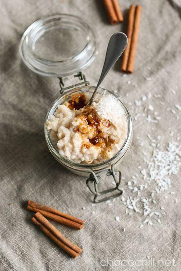 Kookosmaitoon keitetystä riisipuurosta tulee ihanan täyteläistä. Kun puuron höystää vielä kookossokerilla, kanelilla ja kookoshiutaleilla, on talven suosikkipuuro valmis. Lähikaupasta tarttui taannoin matkaan pussillinen kookossokeria, enkä ole sen koommin juuri muuta makeutusta käyttänytkään. Ihastuin kookossokerin paahteisen karamellimaiseen makuun. Kookossokeri on myös jännästi todella makeaa olematta kuitenkaan liian imelää. Kookossokeri on erityisen ihanaa riisipuuron kaverina, mutta…