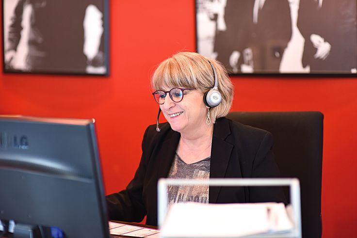 Thérèse, notre réceptionniste porte ses lunettes Oblue tout le temps chez Opal