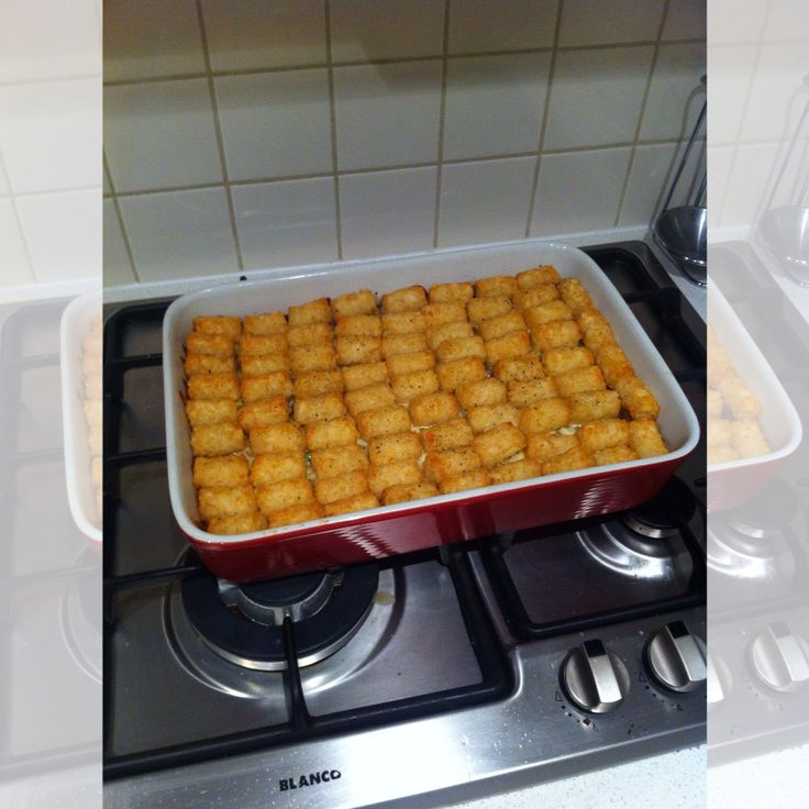 Last night's dinner was a Pinterest dinner and my family loved it! >> Savoury mince: Peas, onion, worcestershire sauce, chilli powder, sugar, cornstarch, s+p (Pan cooked). Fill oven safe dish, add layer of mozzarella cheese, cover with (thawed) potato gems and bake for 35 min. #dinner