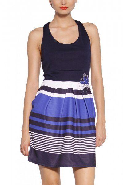 Moderné dámske šaty bez rukávov od značky Desigual. Na jednofarebný top s prekríženými ramienkami na chrbte je napojená pruhovaná naberané sukňa s kvetinovou výšivkou na boku.