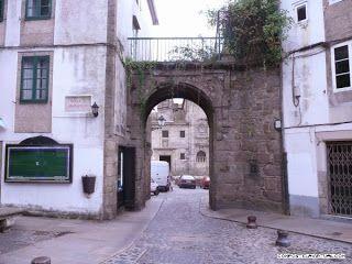 Es una de las puertas de la antigua muralla medieval de Santiago, la puerta de Mazarelos. Os dejamos este enlance con información muy interesante sobre la muralla, fotos antiguas, vídeos, puzzles, etc...