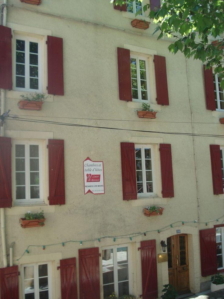 Au Coeur de Rennes, 11140 RENNES-LES-BAINS (Aude) Hébergement En Pays Cathare 4 Chambres d'Hôtes : 11 personnes Notre maison d'hôtes à Rennes les Bains, village thermal et au cœur du pays cathares, possède 5 chambres confortables pouvant accueillir 11 personnes et un grand appartement  de 85 m2 tout équipé pour 4 personnes. Les chambres possèdent une salle d'eau avec douche et toilette privée, mini-frigo...