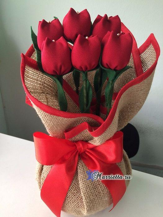 Красные тюльпаны из ткани Такие красные тюльпаны вы легко можете сшить своими руками. Особенно стильно тюльпаны смотрятся в мешочке из мешковины, с отделкой из той же ткани
