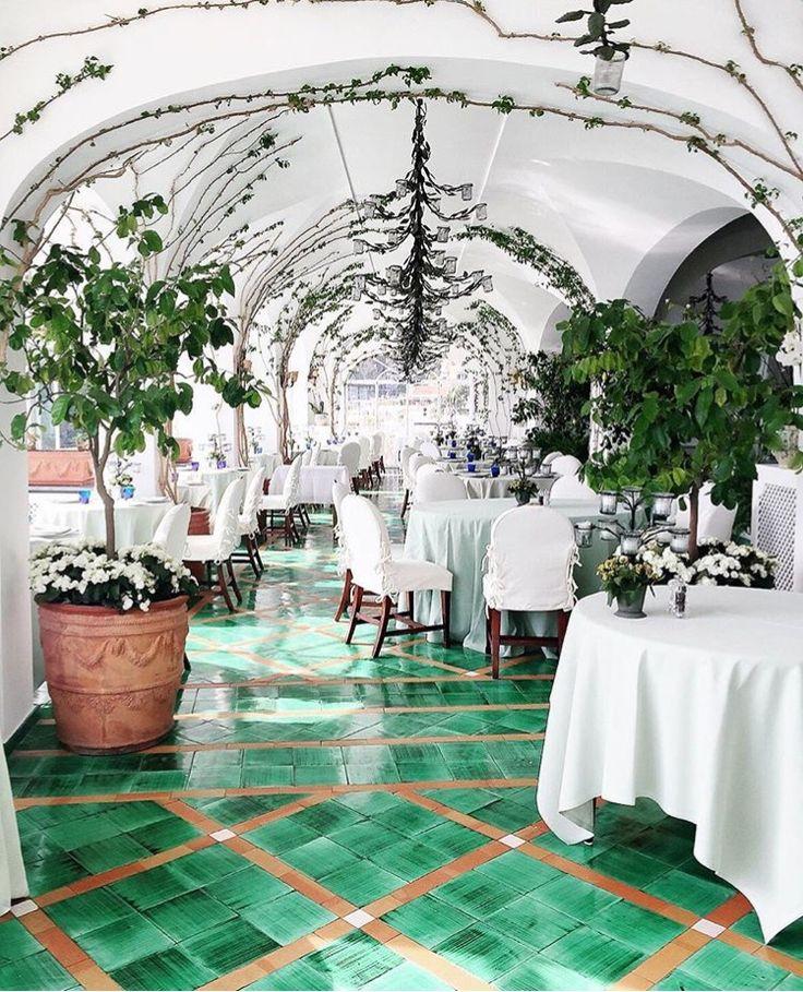 Leafy & White La Sponda. Beautiful photo from one of our guests; @Amy_Explores #LeSirenuse #LaSponda #Positano #Whimsical