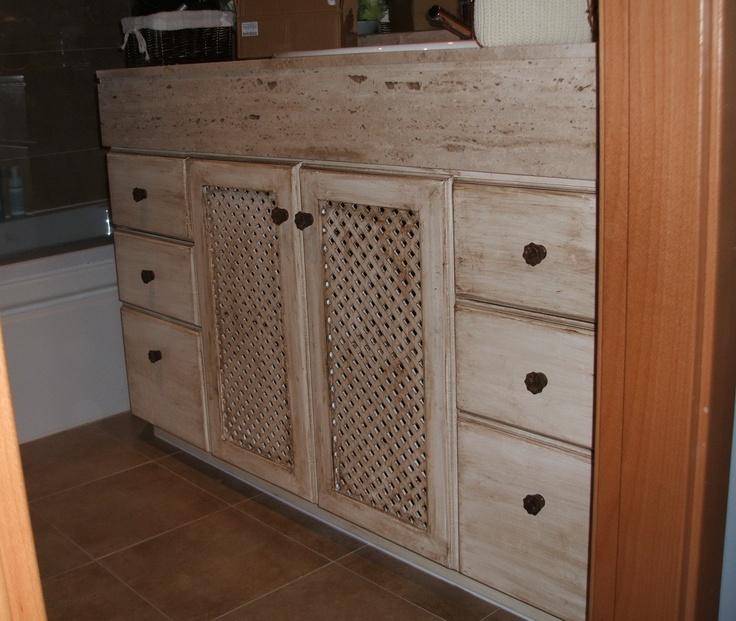 Mueble de baño lacado y patinado estilo rustico realizado a medida.    www.careba.es
