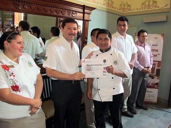 """Capacitan a empleados de """"La Chaya maya"""" para mejorar productividad"""