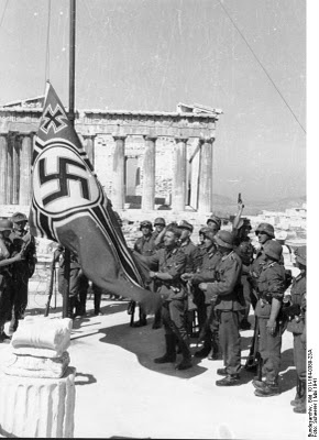 Raising the German flag on the mast of the Acropolis in 1941.  Έπαρση της γερμανικής σημαίας στον ιστό της Ακροπόλεως το 1941.