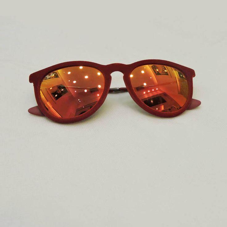 Óculos Ray Ban - R$410,00 Ótica Lens http://shoppingsaojose.com.br/  Os óculos de sol Ray Ban ganham uma cara nova com as lentes espelhadas e com a armação vermelha. Este par fica perfeito com um belo vestido listrado, estilo navy. Quem amou?