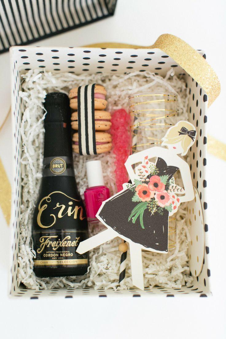 Una idea elegante y original como regalo de boda para tus amigas o familiares, caja especial de dama de honor con una mini botella de @freixenet <3