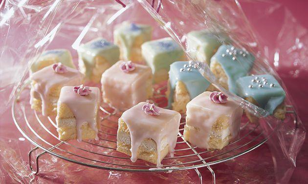 Petit-Fours: Für das Biskuit Eiweiss mit Salz steif schlagen. Zucker beifügen und weiterschlagen, bis die Masse glänzt. Eigelb kurz dazurühren. Mehl ...