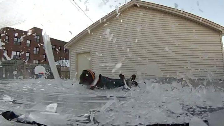 מנהל בית ספר החליט להראות לתלמידים שלו כמה כיף יכולים להיות ניסויים בשלג והפך ללהיט ביוטיוב עם קפיצה על טרמפולינה קפואה, שבירת חולצה קפואה וגלישה על מגבת קפואה