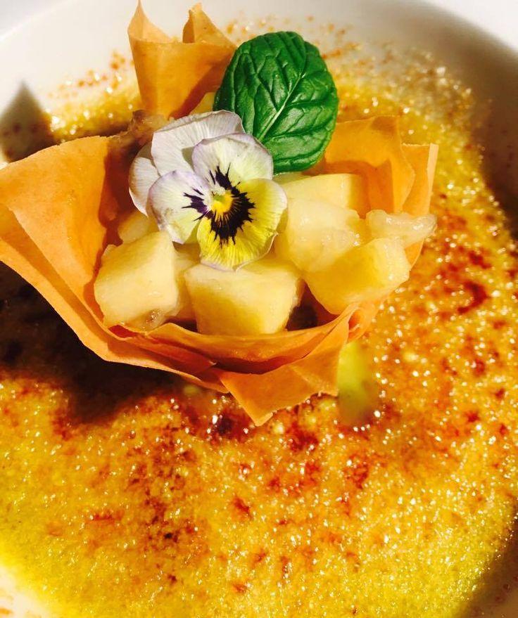 Crème brulée al tè verde con cestino di pasta fillo ripieno di banana e pera caramellata