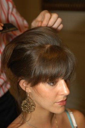 Relever les cheveux - Coiffures, relooking, Modèle de coiffure, idées de coupes de cheveux, photo de coiffures - Lorsque vos cheveux sont bien crêpés sur l'avant, remontez l'arrière et fixez à l'aide d'épingles à cheveux en laissant toujours quelques petites mèches sorties.