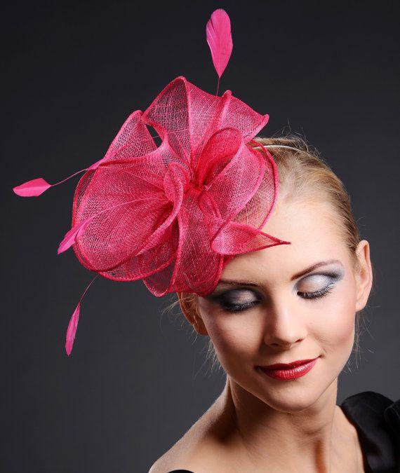 Sombrero fascinador rosa caliente para bodas de Ascot, Derby, otras ocasiones especiales. Adornado con plumas a juego. Tocado sencillo y elegante se adapta a cualquier headsize. Montados sobre una fina (3mm de ancho) diadema de plata. También hay pequeño peine de metal bajo el sombrero de la base, que garantiza la doble conexión segura del sombrero. El sombrero se puede mover a lo largo de la cinta que le permite encontrar que el mejor y más conveniente lugar en su peluquería. Como el color…