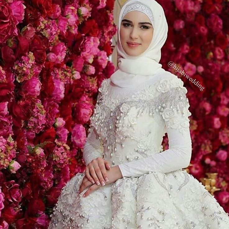 What a dress, what a background #flowerwall #muslimwedding #hijabiwedding #muslimbride #hijabweddingdress #occasionalhijab #bride #hijabbride #hijabibride #weddinghijab #bridalhijab #roses #حجاب #حجاب_عروس #عروس