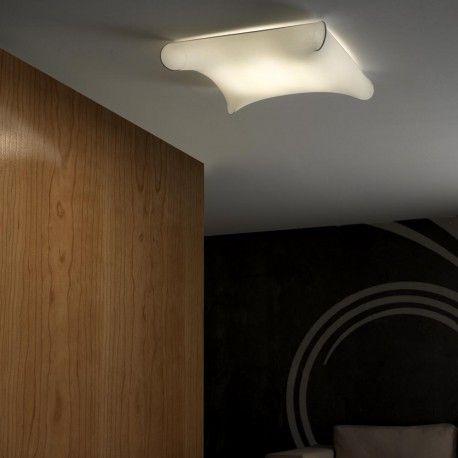 Plafón de techo de la colección Looping. Diseño vanguardista con estructura principal de metal y tela, un material que permite pasar la luz con facilidad. Su suave luz es perfecta para iluminar dormitorios y conseguir ambientes confortables.