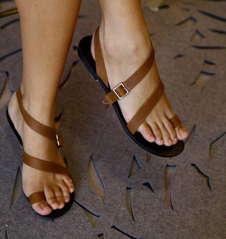 Marrón sandalias planas de cuero / Strappy sandalias / sandalias gladiador / cómodo zapatos Boho / cada día zapatos / las mujeres diseñador de los zapatos - O de EllenRubenBagsShoes en Etsy https://www.etsy.com/mx/listing/279466460/marron-sandalias-planas-de-cuero-strappy