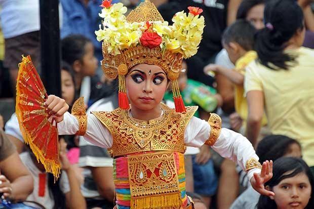 Come le balinesi nei giorni di festa - Una ragazzina balinese esegue una danza tradizionale per la 35ma edizione del Bali Art Festival di Denpasar: un mese ricco di spettacoli quotidiani, mostre di artigianato e altre attività culturali per promuovere il turismo sull'isola (Afp/Tumbelaka)
