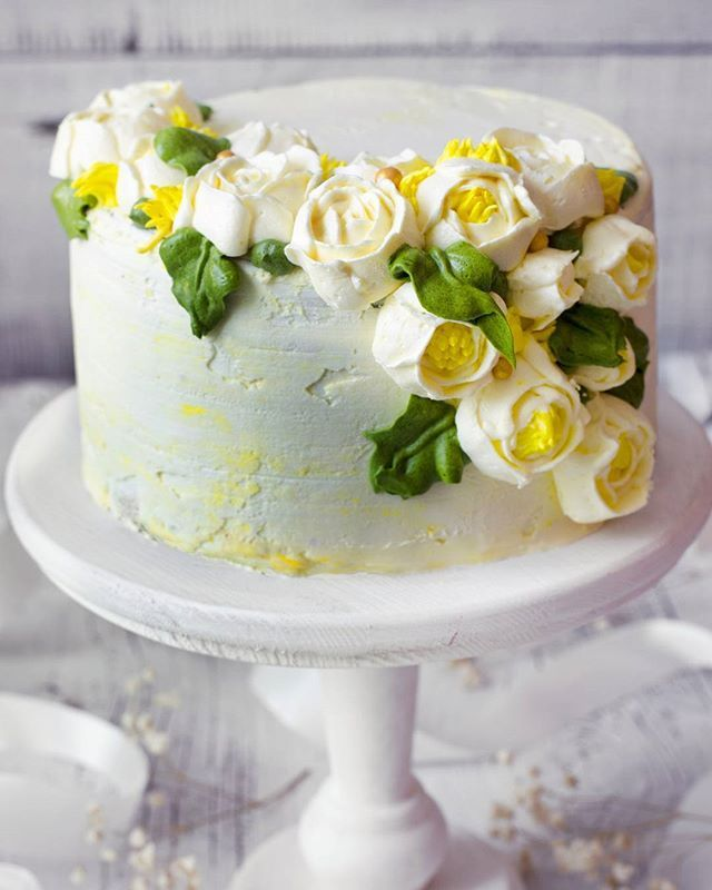 Свадебный кремовый торт с цветами