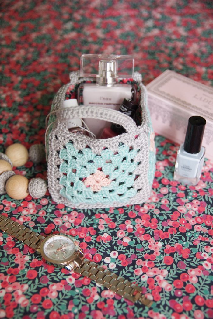 Such a cute little Granny Basket! Use as a gift bag or just for keeping small items together. Five granny squares + two little handles. Free pattern by Victoria of Vika Moka also includes how to add a fabric liner. This could be embellished in so many creative ways :-) . . . . ღTrish W ~ http://www.pinterest.com/trishw/ . . . . #crochet #granny_squares