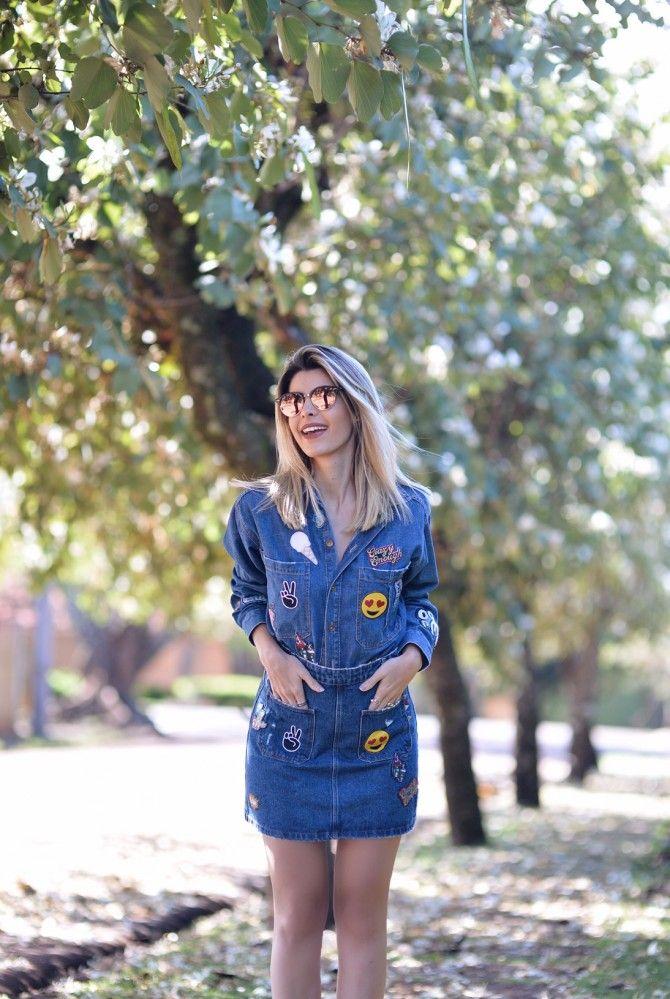 Look da Carol Tognon com todas as tendências do momento: conjunto jeans de saia e casaco com patches bordado. A cara dos anos 80.