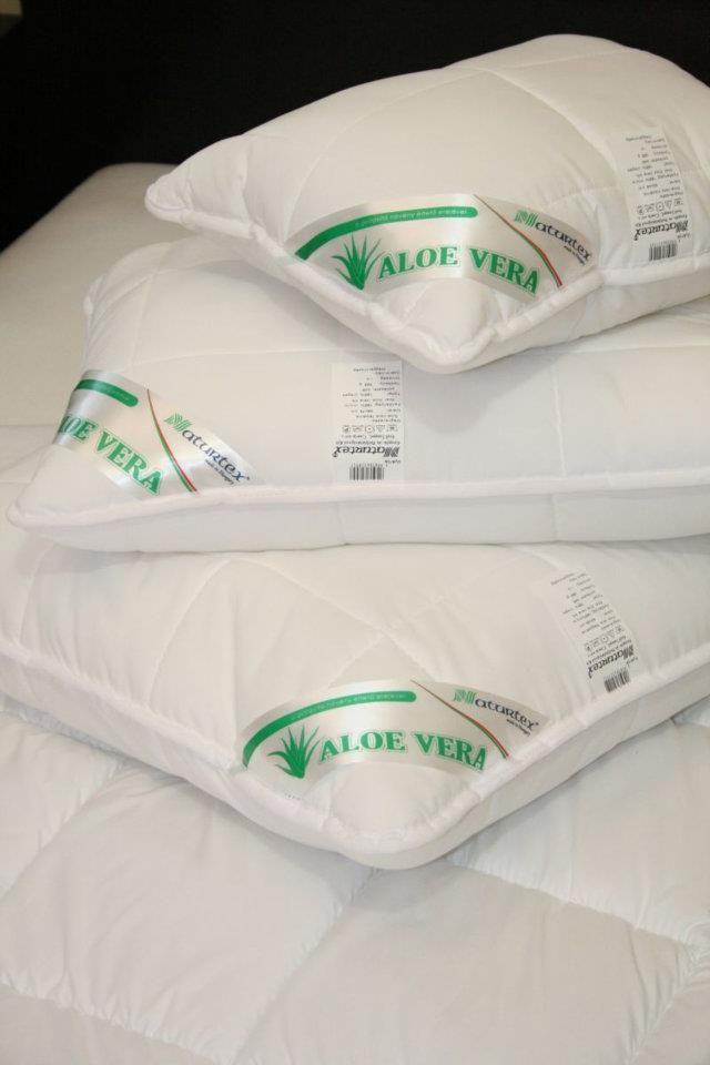 Aloe Vera párna  A selymes tapintású, microfiber fedőanyag Aloe Vera kivonattal kezelt.  Az Aloe Vera növény mintegy 250 féle, az emberi szervezet számára hasznos alkotóelemet tartalmaz.  Segítségével alvás közben érvényesül a híres növény antioxidáns és nyugtató hatása, az alvást egészségesebbé, pihentetőbbé és frissítőbbé teszi.  Mosógépben mosható, könnyen kezelhető, formatartó.  Azok számára ajánljuk, akik valamilyen különleges, kemény párnára vágynak.