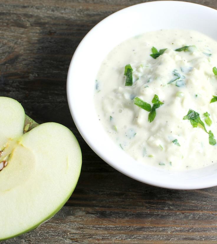 Easy homemade yoghurt dressing with apple #vegan #vegetarian #eple #garlic #kvitloek #tzatziki
