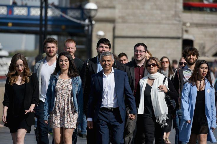 """Sadiq Khan le nouveau visage de Londres #YesHeKhan  A 45 ans ce fils d'un chauffeur de bus pakistanais devient le troisième maire de #Londres et le premier maire musulman d'une grande capitale occidentale. """"Cette élection ne s'est pas passée sans polémiques et je suis fier de voir que Londres a choisi aujourd'hui l'espoir plutôt que la peur l'unité plutôt que la division"""" a déclaré l'élu travailliste après l'annonce officielle de sa victoire sur le conservateur Zac Goldsmith avec 57% des…"""