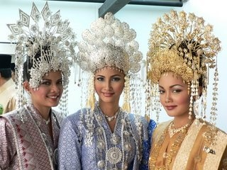 malay wedding headdresses - to wear or not to wear?