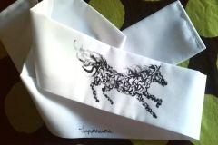 Hachimaki blanco con caballo negro.