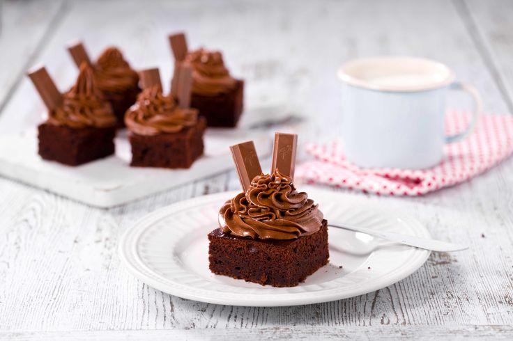 En saftig sjokoladekake med kremet glasur og kvikklunsj på toppen er det du trenger etter en lang tur, enten den er på ski eller på beina.