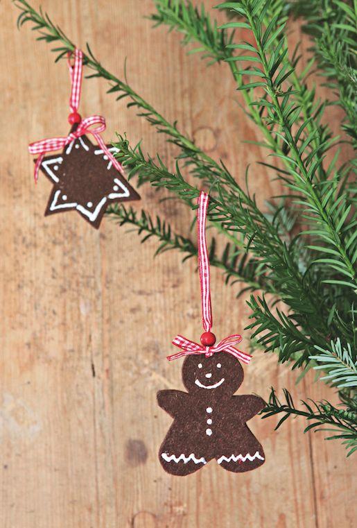 Non, ce n'est pas du #pain d'épice, mais un #glaçage en règle avec un #marqueur pour #textile blanc sur la #feutrine. #Sapins, étoiles, anges et bonshommes font la déco sur tout support! Pensez à ajouter quelques gouttes d'huiles essentielles d'orange douce ou de pin sylvestre pour parfumer Noël. espritdici.com #feutrine #deco #noel #diy #couleur #laine #feutre #christmas