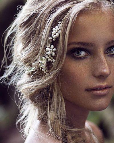 La tresse romantique Sous forme d'épi, la tresse apporte de la fraîcheur et du romantisme à la coiffure. Ici, elle est accessoirisée d'un diadème en strass et à perles pour...