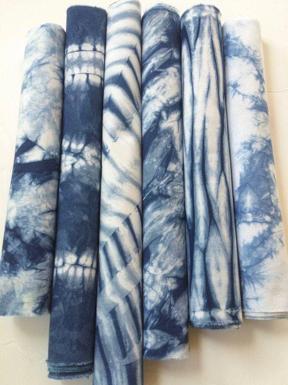 Cette collection de Shibori contient 6 main de morceaux de coton teint en indigo. Il représente une variété de motifs et de techniques de Shibori japonais. Ici, emballage de poteau, coutures à la main et la compression ont été utilisés pour contrôler les zones qui résistent à la teinture et donc, créer motif sur le tissu. Ces tissus serait grands comme astucieuse taches sur vos jeans, travaillés en courtepointes ou pour une collection de tissus encadrées. C'est un bon moyen pour obtenir un…