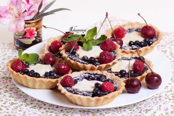 Продолжаю утилизировать замороженные ягоды, хотя можно уже делать такие корзиночки из свежих ягод. Сахар в тесто не добавляла, так как начинка была сладенькой. Получилось вкусно. Еще бы! Любимое песочное тесто и аромат ягод. Кто же от такого откажется?! :)