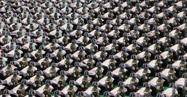 5.jan.2015 - Equipe da Agência de Controle de Poluição de Minnesota manipula bola de papel gigante feita com lixo, na cidade de St. Paul, nos EUA. Com peso de 193,2 kg e medindo 9,81 metros, a bola entrou para o Guinness Book (O Livro dos Recordes) como a maior já feita no mundo