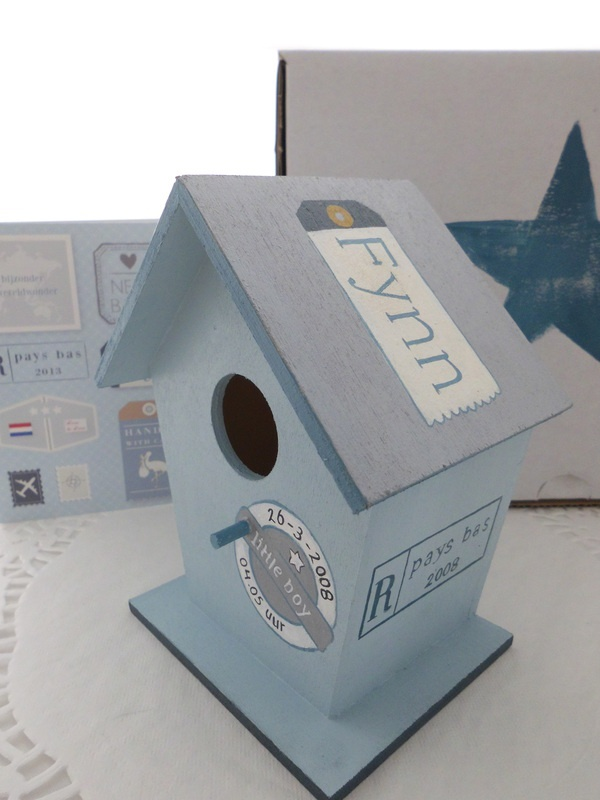 Leuk kraamcadeau. De geboortekaart in detail verwerkt op een vogelhuisje. www.wonerlief.nl