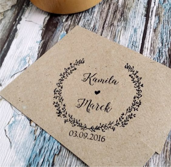 Oryginalny stempel ślubny - Wasze imiona w otoczeniu wianuszka. Pod spodem - data Waszego ślubu! Uroczy dodatek do ślubnej papeterii :)  Do kupienia w sklepie internetowym Madame Allure.