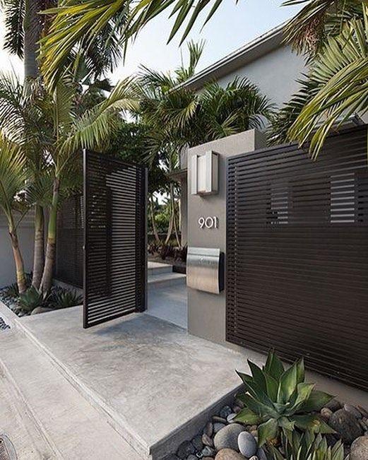 Chega de muro sem graca olha só que projeto lindo: Destaque para as portas em metalon e para o verde que serve de moldura.