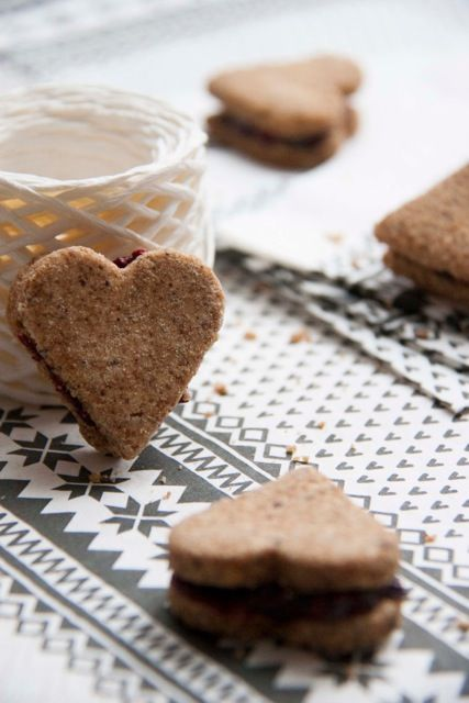 Gluténmentes mogyorós  kekszek házi gyümölcslekvárral - finomított cukor nélkül! Egészséges linzer a fa alá? Persze! Magas rosttartalmú, egyszerű cukroktól mentes, ízletes szívek, amelyek az IR és a gluténmentes diétába is beépíthetőek!