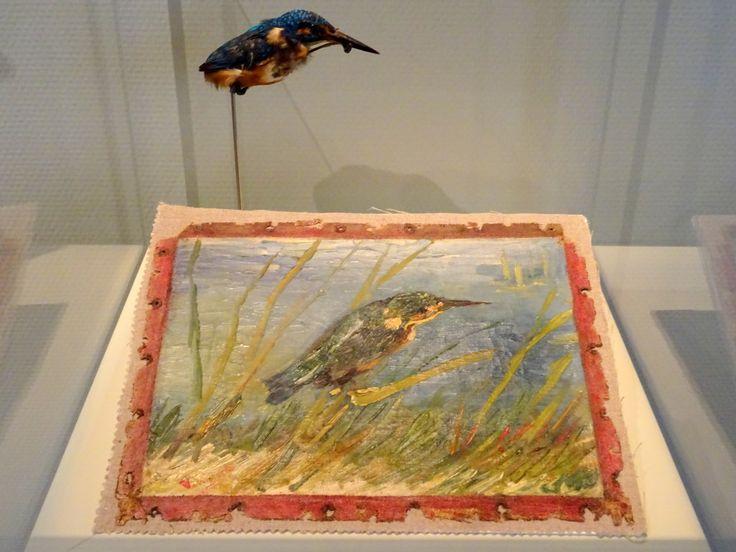 """Vincent van Gogh - IJsvogel aan de waterkant, 1887 (met opgezette ijsvogel, in het """"nieuwe"""" Van Gogh-museum, 2014)"""