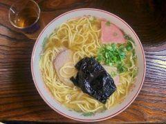 香川県三豊市にはうどん屋さんなのになぜか中華そばが一番人気のお店があるんです うどん店長兵衛っていうお店なんだけど割以上が中華そばを注文するほどの人気ぶり 鶏ガラと魚介系出汁のスープで歯応えと喉越し良いストレートな中細麺が何とも美味しい 香川県にきたらうどんもいいけど中華そばも味わってみて tags[香川県]
