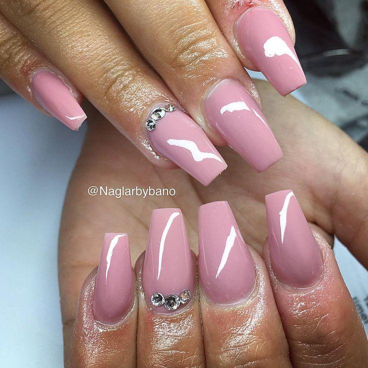 Antik rosa & swarovski! Enkelt och fräscht✨ (på nagelbitare) #gelenaglar #gelnails #manicure #pedicure #essi #opi #stockholm #sverige #sweden #bloppis #nagelteknolog #nailart #nailswag #nailporn #nagelbitare #akrylnaglar #naglar #pink #white #classy #hudabeauty #thenaillife