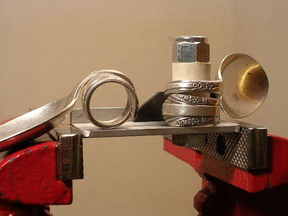 Dies ist Das Original Löffel Bender für die Herstellung von silbernen Löffel Ringe. Es wird biegen Sterling und Silber vergoldet Besteck (Löffel, Gabeln, etc.), Ringe zu machen, Serviettenhalter und viele andere Anwendungen. Es ist aus Flugzeug-Aluminium und ist entworfen, um in einem