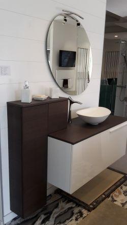 Mobile Kios Domino € 1,350.00 +22% IVA Mobile L120 H48 P35 in finitura bianco lucido e top in legno rovere grigio tinto completo di lavabo in corian, pensili e specchio ellittico con lampada a led.