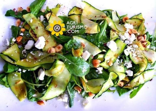 Un piatto #veloce ? ma anche #estivo ? #e magari anche #fresco ? insalatona con feta, ceci, zucchine e balsamico. Da provare! Una buona serata a tutti voi che amate i nostri piatti!! Ecco qui le ricette: http://www.agriturismo.com/canali/ricette-tipiche-italiane.asp #agriturismo #italia #italy #insalatona #ricetta #piattounico