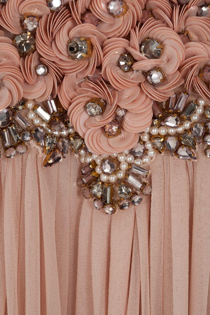 Lunéville, la pose de paillettes et de perles au crochet.