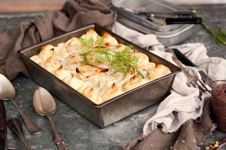 Potatismos + sås = en match made in heaven. Och det behöver ju inte vara fisk som döljer sig under såsen i gratängen. Här har vi gjort en vegansk variant med tofu och ljuvlig sås med fänkål, dill och citron.