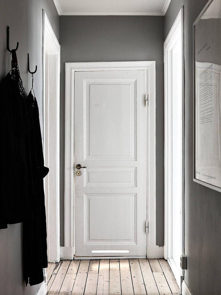 paredes grises y carpintera blanca puertas